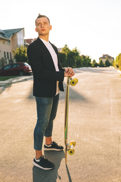 Imagem de um homem com longboard indo na estrada Foto gratuita