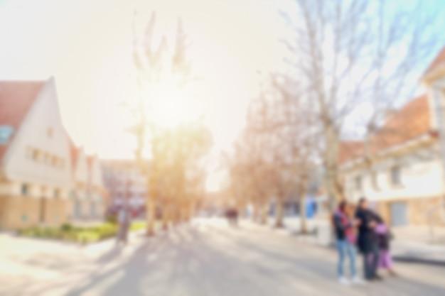 Imagem desfocada de pessoas caminhando ao longo da rua em uma aldeia. Foto Premium
