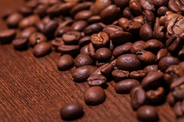 Imagem do close up de grãos de café torrados Foto gratuita
