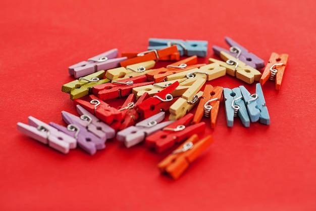 Imagem do close up de prendedores de roupa de escritório colorido Foto gratuita