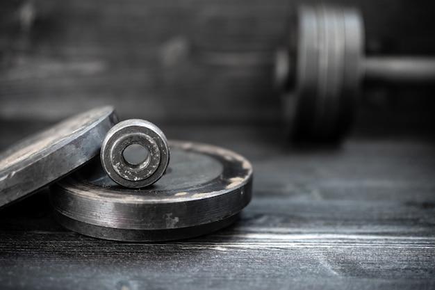 Imagem do close up de um barbell do dumbbell do equipamento da aptidão. esportes, treino. Foto Premium