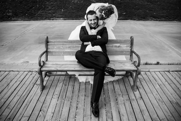 Imagem em preto e branco do casamento Foto gratuita