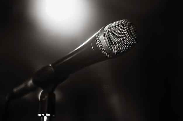 Imagem em preto e branco do microfone. o microfone no palco é close-up. um  bar. barra. um restaurante. música clássica. música   Foto Premium