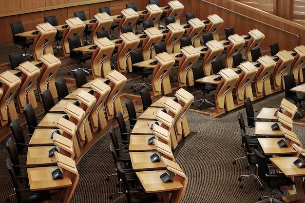Imagem horizontal das mesas dentro do prédio do parlamento escocês Foto gratuita