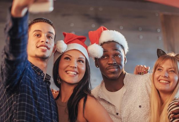 Imagem mostrando o grupo de amigos multiétnicas comemorando o ano novo Foto Premium