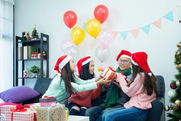 Imagem que mostra o grupo de amigos que comemoram o natal em casa. Foto Premium
