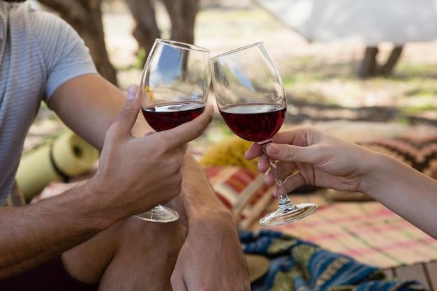 Imagem recortada de casal brindando wineglasses Foto gratuita