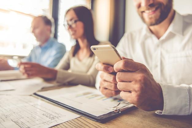 Imagem recortada de pessoas de negócios bonita usando gadgets. Foto Premium