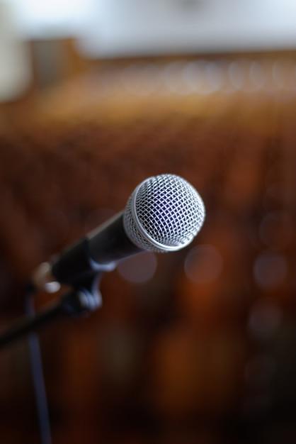 Imagem vertical de um microfone Foto gratuita