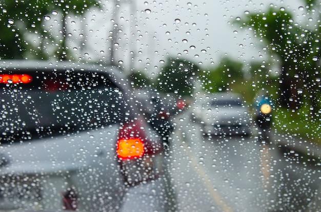 Imagens de carros turva com gotas de água Foto Premium