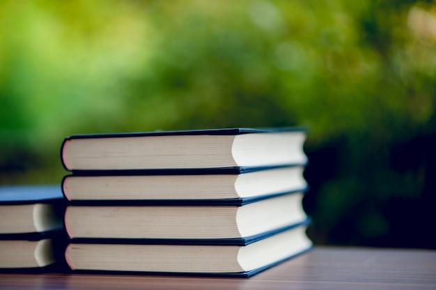 Imagens de livros e equipamentos educativos colocados na mesa conceito educacional com espaço de cópia Foto Premium