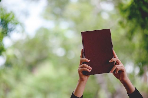 Imagens de mão e livros conceito de educação com espaço de cópia Foto Premium
