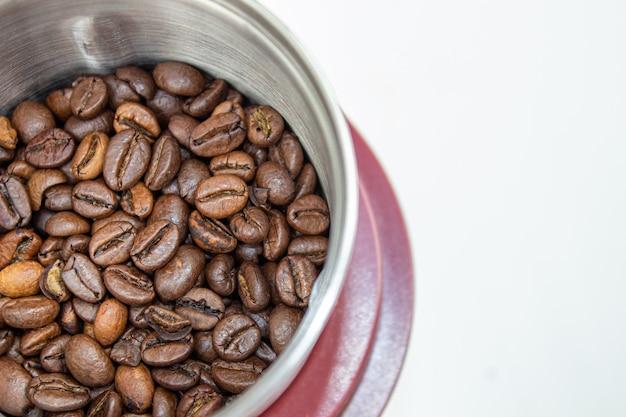 Imagens do close up do moedor de café e do grão de café. Foto Premium
