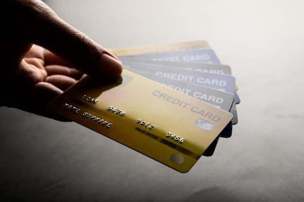 Imagens em close-up de vários aparelhos de cartão de crédito Foto gratuita