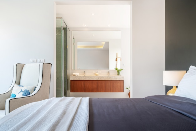 Imobiliária design de interiores de luxo no quarto da villa de piscina com cama king acolhedora. Foto Premium