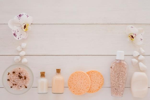 Implementos de spa colocados na mesa de madeira branca Foto gratuita