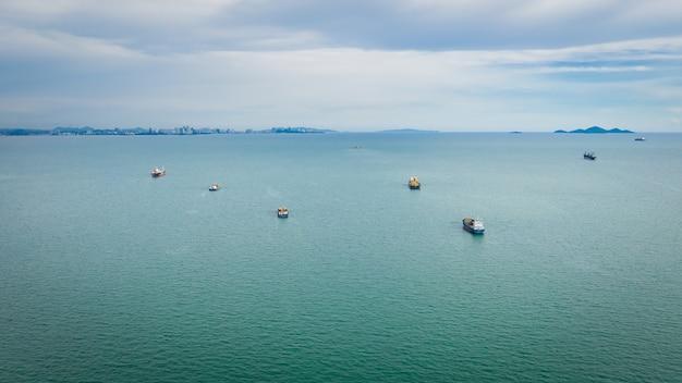 Importação e exportação do navio de carga do recipiente dos seascapes com opinião aérea de céu da nuvem Foto Premium