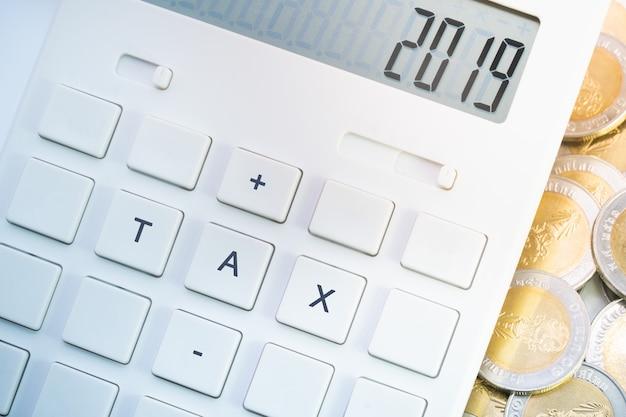 Imposto 2019 na calculadora para negócios e conceito de tributação. Foto Premium