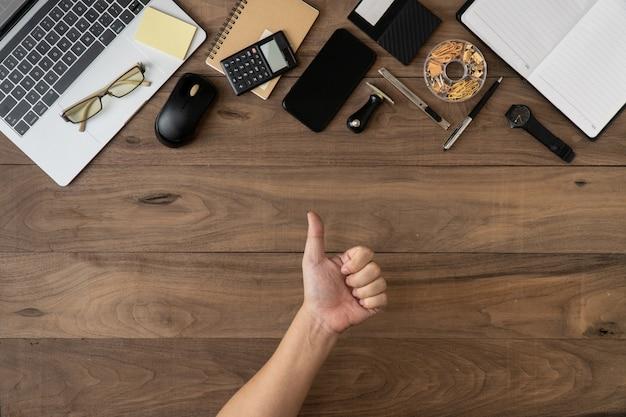 Imprensa como sinal excelente de acessórios de negócios objeto lista copyspace plana leigos na mesa de madeira Foto Premium