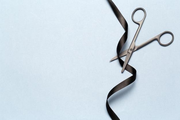 Inauguração ilustrada com uma tesoura e uma fita preta Foto Premium