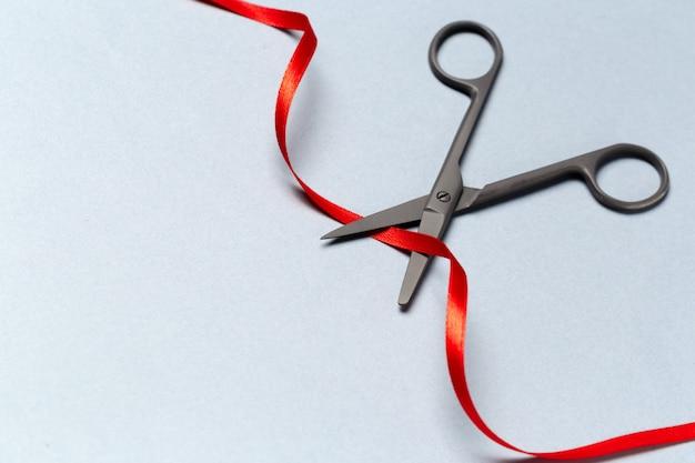 Inauguração ilustrada com uma tesoura e uma fita vermelha Foto Premium