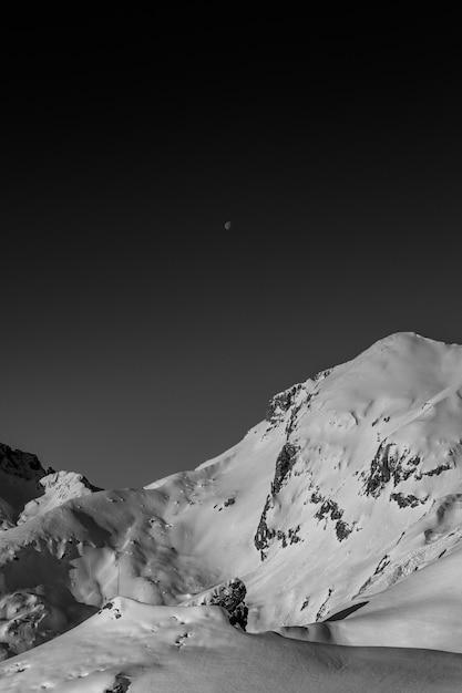 Incrível fotografia em preto e branco de belas montanhas e colinas com céu escuro Foto gratuita
