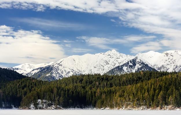 Incrível inverno nevado vista do teleférico para zugspitze no lago congelado eibsee Foto Premium
