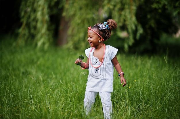 Incrível linda menina afro-americana com óculos de sol se divertindo Foto Premium