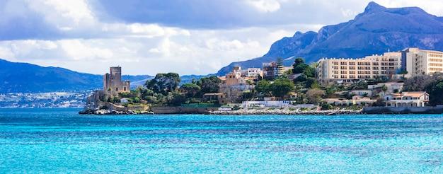 Incrível pequena cidade costeira pitoresca de santa flavia com castelo antigo sicília, itália Foto Premium