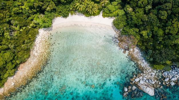 Incrível vista aérea da praia tropical com ninguém no verão. destino de férias na malásia. praia de areia tropical com palmeiras e água cristalina Foto Premium