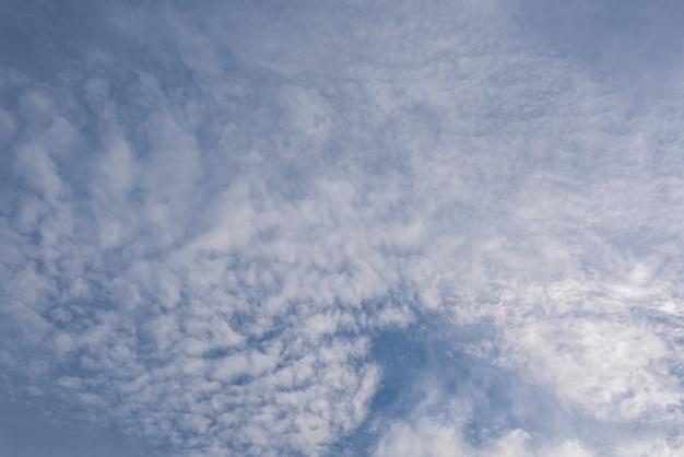 Incrivelmente lindo céu com nuvens Foto gratuita