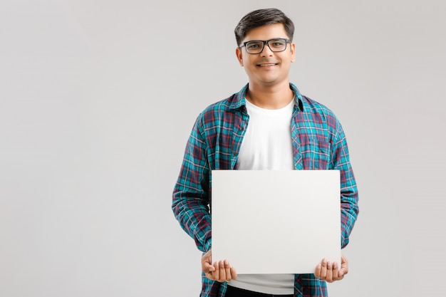 Indiano, jovem asiático, mostrando a tabuleta em branco Foto Premium
