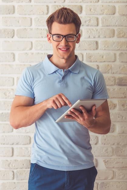 Indivíduo muscular considerável no t-shirt e em monóculos azuis. Foto Premium