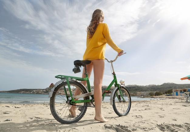 Indo para a praia em bicicleta Foto Premium