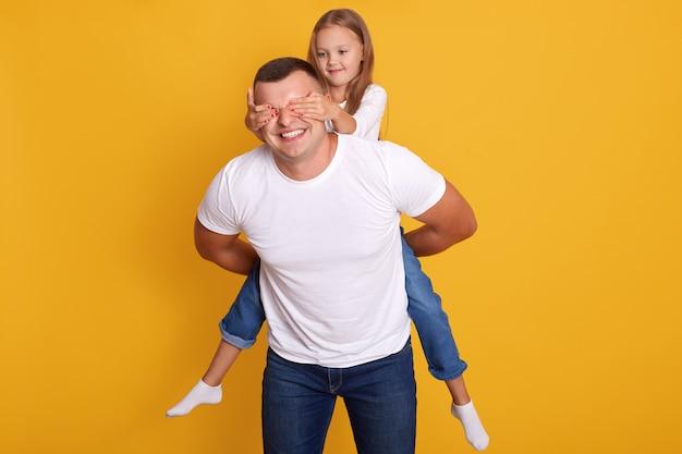 Indooor, tiro, de, feliz, pai, pegando carona filha, enquanto, encantador, criança, fechando seus olhos, homem feliz, com, adorável, menina Foto gratuita
