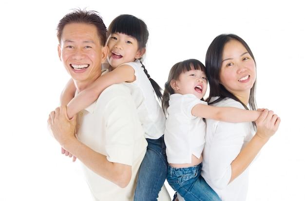 Indoor retrato da bela família asiática Foto Premium