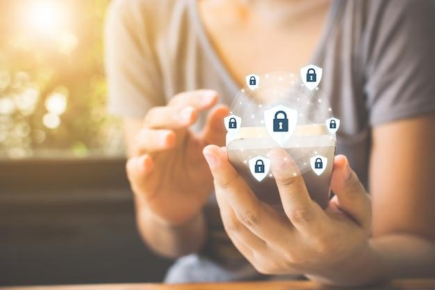 Informações importantes sobre proteção e segurança de dados em seu telefone celular, mão de uma mulher usando smartphone Foto Premium