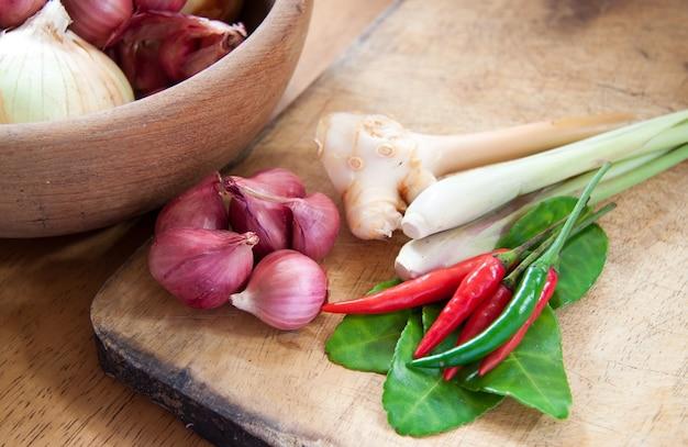 Ingrediente asiático quente e picante com cebolas em tigela de madeira Foto gratuita
