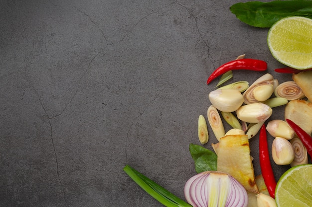 Ingrediente de cozinha fresco colocado em fundo escuro Foto gratuita