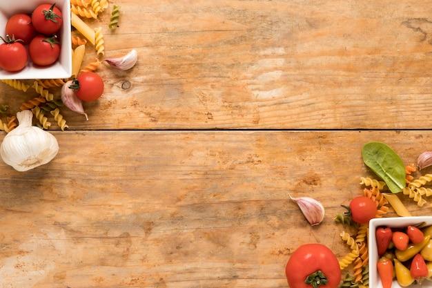 Ingrediente de massa no canto do fundo de madeira Foto gratuita