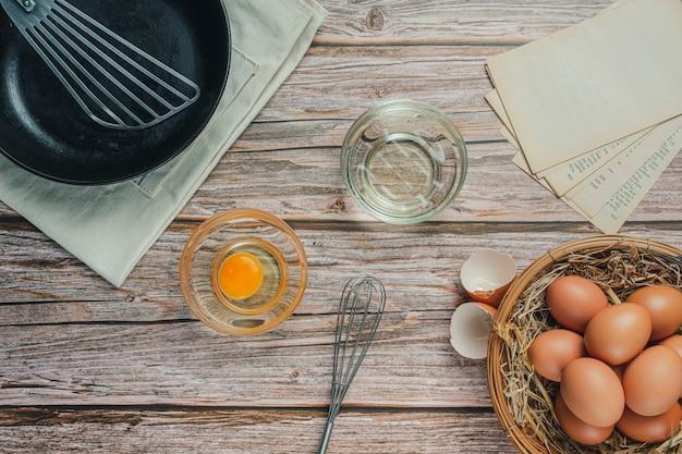 Ingrediente de panificação: farinha, ovo, leite e rolo, vista de cima Foto gratuita
