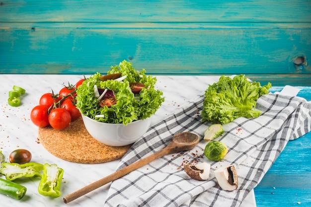Ingrediente de salada saudável verde e especiarias na bancada da cozinha Foto gratuita