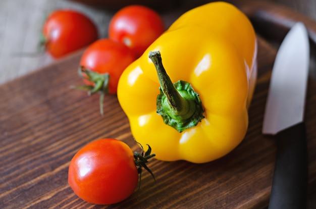 Ingrediente fresco para salada com azeite de oliva. Foto Premium