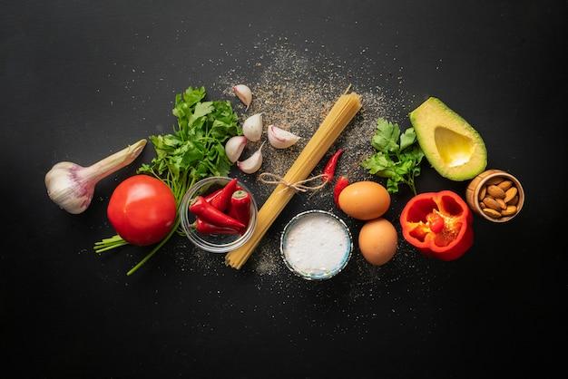 Ingredientes crus para cozinhar espaguete marinara com ovos poché plana leigos e espaços de cópia Foto Premium