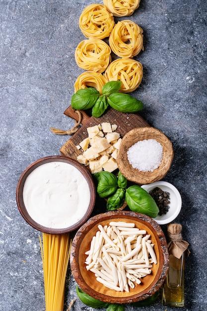 Ingredientes crus para cozinhar macarrão Foto Premium