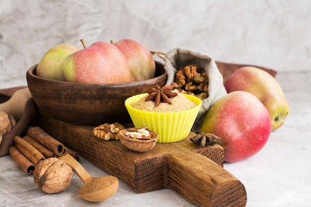 Ingredientes da torta de maçã sobre a mesa de pedra Foto Premium