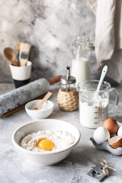 Ingredientes de close-up para assar panquecas, bolos, bolos Foto Premium