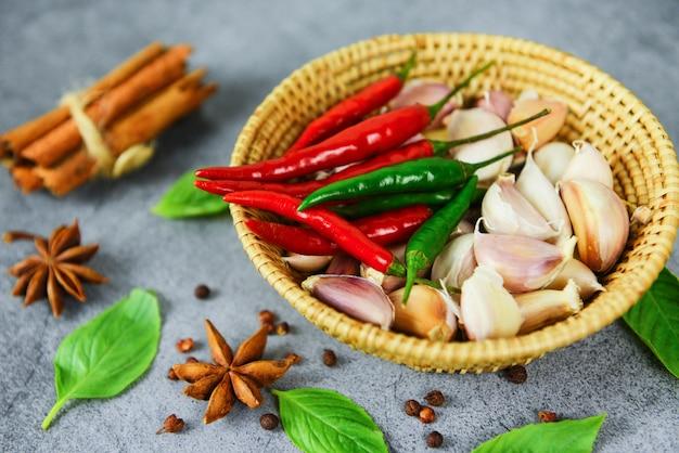 Ingredientes de ervas e especiarias comida tailandesa sopa picante asiática com canela anis estrelado sementes de legumes folha de manjericão para malagueta vermelha e verde Foto Premium
