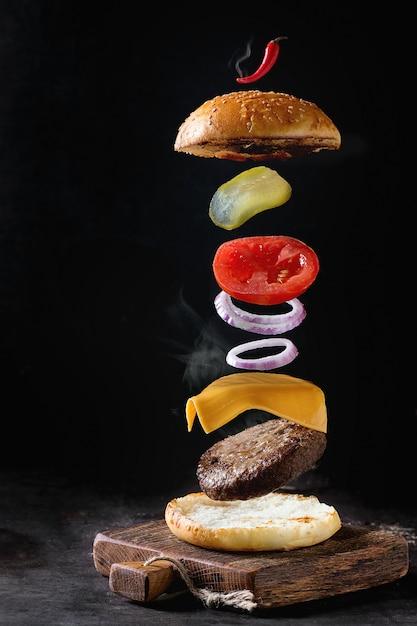 Ingredientes de hambúrguer em levitação Foto Premium