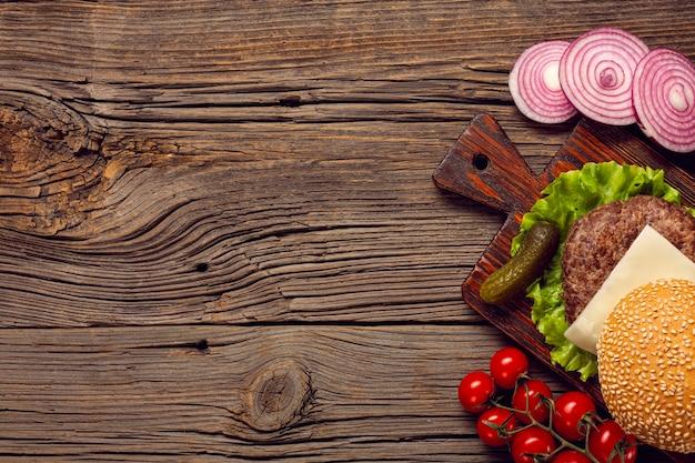 Ingredientes de hambúrgueres plana leigos na mesa de madeira Foto gratuita